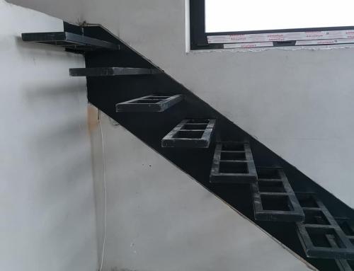 Plávajúce schody moderný štýl domu Kyselica_2020_október