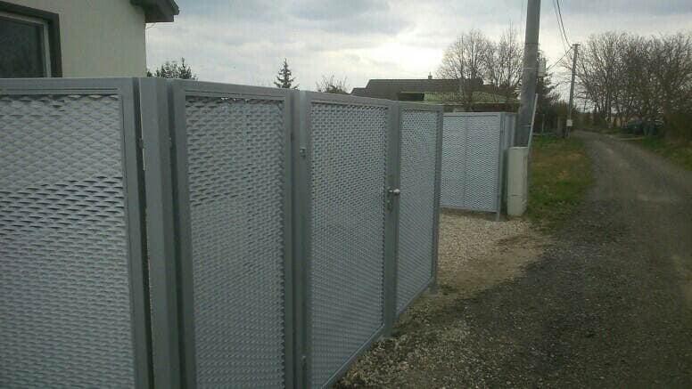 Kompletný kovový plot z ťahokovu, s kovovými stľpmi realizovaný s betónovými prácami na klúč. Moderný štýl pozink, strieborná bez údržby. 👍✌️😏🗝️⚒️❗Realizácia marec 2021, Kyselica